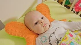 Le bébé doux se trouve sur un dos banque de vidéos