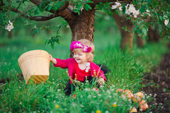 Le bébé en ressort fleurissant fait du jardinage pomme Images libres de droits