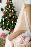 Le bébé est dans le berceau Noël image libre de droits
