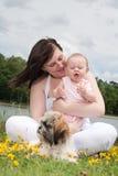 Le bébé est heureux avec sa fleur photographie stock