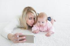 Le bébé font le selfie au téléphone portable Images libres de droits