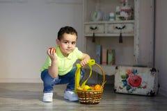 Le bébé garçon avec Pâques a peint des oeufs photos libres de droits