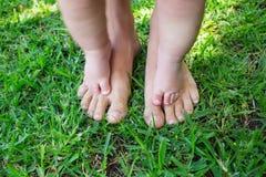 Le bébé garçon fait la première étape à l'herbe verte photo libre de droits