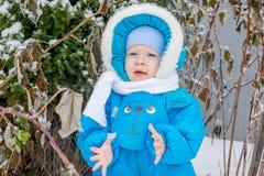 Le bébé garçon heureux est heureux de neiger Image stock