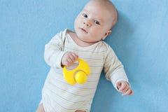 Le bébé garçon joue avec les jouets éducatifs Photographie stock