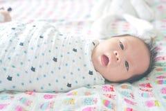 Le bébé garçon nouveau-né adorable mignon s'est enveloppé ou s'enveloppe dans une couverture, dormant et un jour ou l'autre les d photo libre de droits