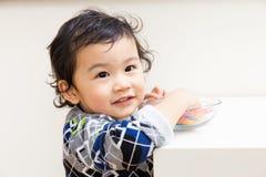 Le bébé garçon veulent prendre la sucrerie photos libres de droits