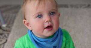 Le bébé heureux adorable regarde dans la caméra banque de vidéos