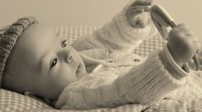 Le bébé joue avec un hochet Image libre de droits