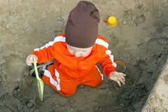 Le bébé joue dans le bac à sable Images libres de droits