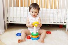 Le bébé joue des blocs d'emboîtement Photo libre de droits