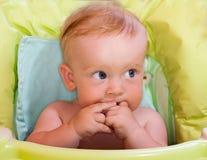 Le bébé mâche des doigts Photographie stock