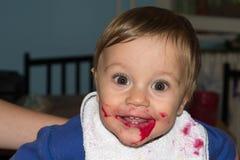 Le bébé malpropre et sale mange le casse-croûte Photos libres de droits