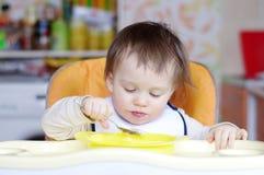 Le bébé mange Photos stock