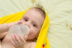 Le bébé mange d'une bouteille Images stock