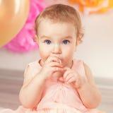 Le bébé mignon célèbre l'anniversaire un an images stock