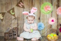 Le bébé mignon dans Pâques a décoré le studio Photo stock