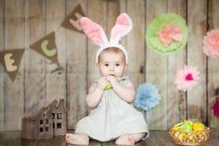 Le bébé mignon dans Pâques a décoré le studio Images stock