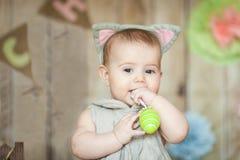 Le bébé mignon dans Pâques a décoré le studio Photos libres de droits