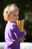 Le bébé mignon de fille avec les poils blonds tient le verre photographie stock