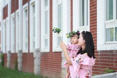 Le bébé mignon a l'amusement avec la mère Photo libre de droits