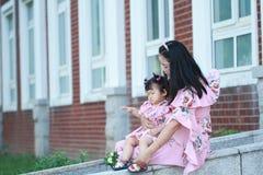 Le bébé mignon a l'amusement avec la mère Photographie stock