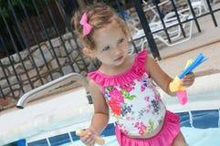 Le bébé mignon a l'amusement dans la piscine Images stock