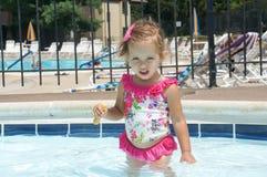 Le bébé mignon a l'amusement dans la piscine Photographie stock