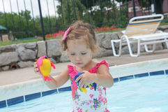 Le bébé mignon a l'amusement dans la piscine Image stock
