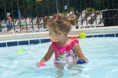 Le bébé mignon a l'amusement dans la piscine Images libres de droits