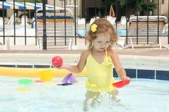 Le bébé mignon a l'amusement dans la piscine Photos stock
