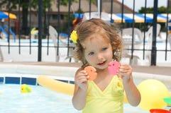 Le bébé mignon a l'amusement dans la piscine Photos libres de droits