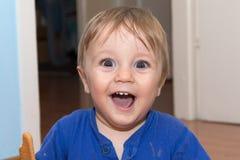 Le bébé mignon mange le casse-croûte Photos stock