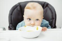 Le bébé mignon a le panneau d'amusement et de morsures de la cuvette Image libre de droits