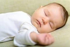 Le bébé nouveau-né dort photographie stock
