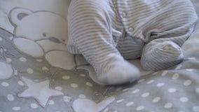 Le bébé nouveau-né dort sur le lit banque de vidéos