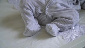 Le bébé nouveau-né dort sur le lit clips vidéos