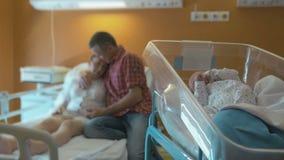 Le bébé nouveau-né se situe dans un berceau médical de bébé banque de vidéos