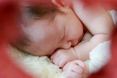 Le bébé nouveau-né souriant dans un rêve, bébé nouveau-né est sommeil Photographie stock libre de droits