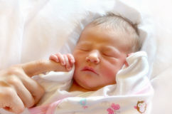 Le bébé nouveau-né touchent d'abord images stock