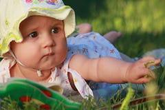 Le bébé observe un livre Images libres de droits