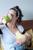 Le bébé potable de mère allaite du sein Photographie stock
