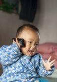 Le bébé que ce téléphone mobile fait à un appel téléphonique Image libre de droits