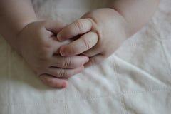 Le bébé remet à main de beaux bébés amour de mère Photographie stock libre de droits