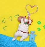 Le bébé se trouve et tient un grand coeur dans des ses mains, amour Photographie stock libre de droits