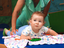 Le bébé se trouve sur la couche-culotte Images libres de droits