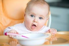 Le bébé va manger image stock
