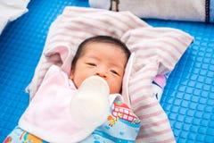 Le bébé sucent la bouteille photographie stock