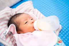Le bébé sucent la bouteille photos stock