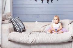 Le bébé tient la boule Photographie stock libre de droits